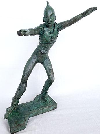 ヒューマンのブロンズ像。「成田亨展」の開催中はミュージアムショップに展示している