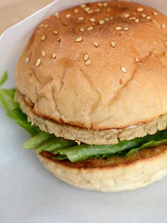 大豆タンパクなどで作られた大豆ミートを使った「ソイバーガー」