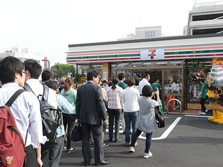 開店と同時に100人以上の行列ができた弘前駅前3丁目店