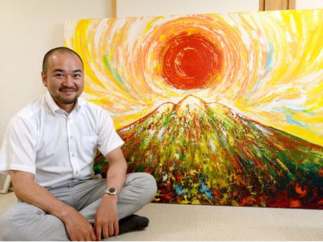 「赤い岩木山の絵展」を開催する井上信平さん