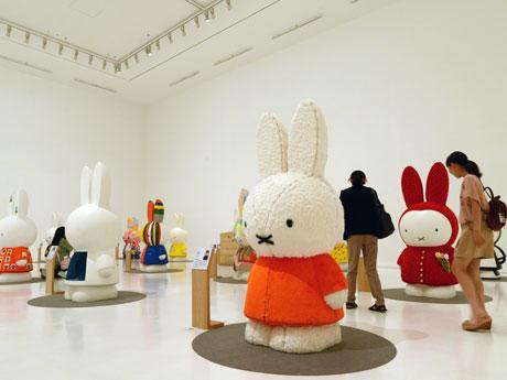ミッフィー・アートパレードで展示されている高さ180センチのミッフィーたち。日本人アーティスト15組の作品となる