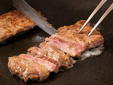 ナクア白神ホテル&リゾートの夏のランチバイキングでは目の前でホテルシェフが牛肉を焼く