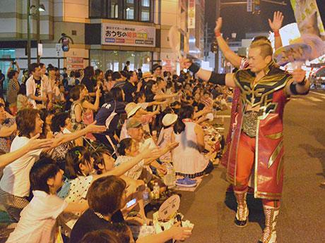 沿道の観客に応える全日本プロレスの選手たち