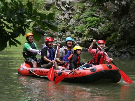 渓流下りに挑戦する参加者たち