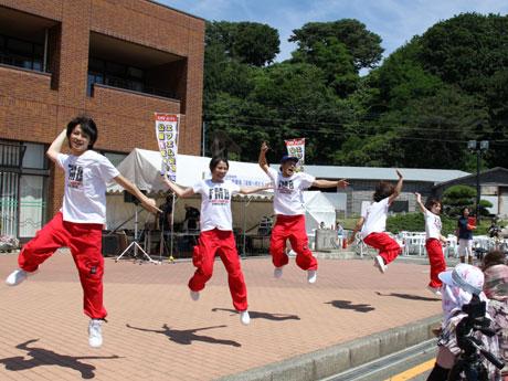 イベントで踊る深浦マグロボーイズ&バックダンサーズたち