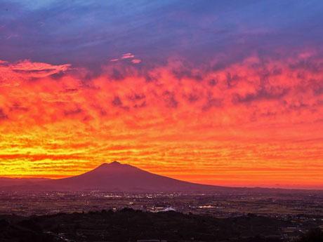 志賀坊森林公園の展望広場からの岩木山と夕日(写真提供:成田理力)