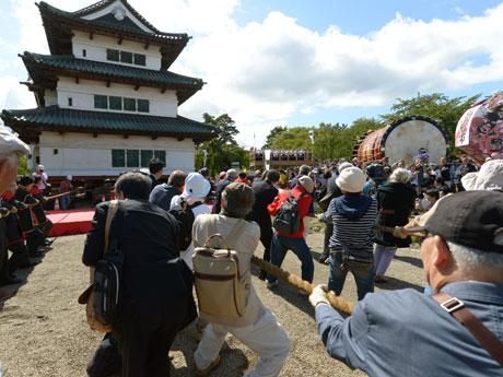 弘前城を「曳屋」する参加者たち