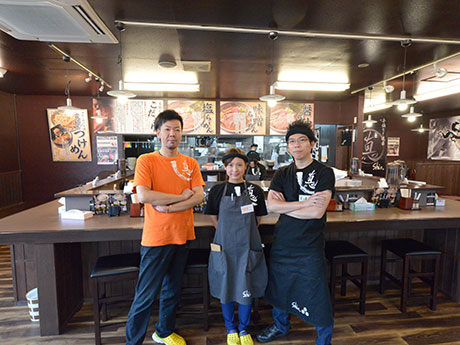 「弐代目にぼshin. 高崎店」店内。左が店長・成田満さん