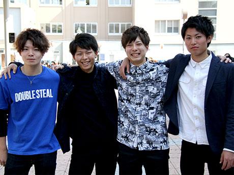 「ミスター弘大」にエントリーした4人。右から小野幸大さん、木下結貴さん、島貫祐輔さん、高橋佑弥さん