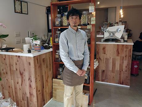 「白金珈琲」の店長で平川市出身の宮川和典さん