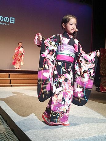 わごころの会に属する「青森Performance Team 舞姫」メンバーのゆづきちゃん(8歳)も和装を身にまといステージ上に出演