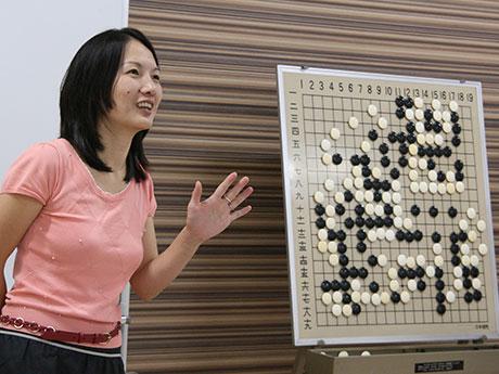 プロ棋士の古川こんゆさんは夫の元さんと軽妙なトークで場を盛り上げながら解説を務めた