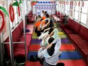 大鰐線の電車車内でヨガイベント つり革や座席を利用