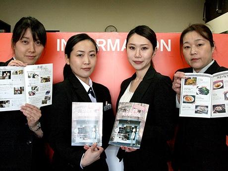 「弘前女子旅BOOK」を企画・編集する「さくらレディー」のメンバーたち