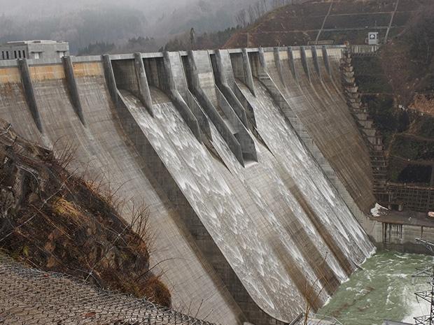 「越流」を行う津軽ダム