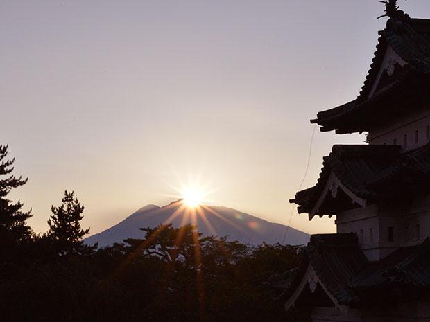 ダイヤモンド岩木山を背にした弘前城天守