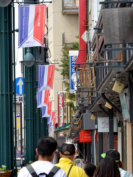 フランス国旗をイメージしたイベントフラッグを掲げる土手町通り