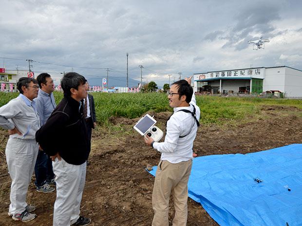 弘前市境関で行ったドローン飛行体験の様子