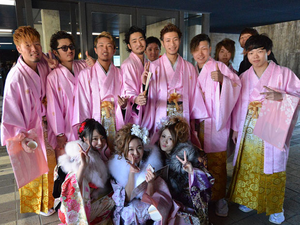 ピンクのはかまでそろえた相馬中学校の新成人たち