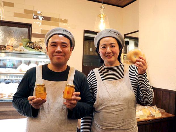 店を営む清水夫婦。右が亜希子さん、左が輝之さん