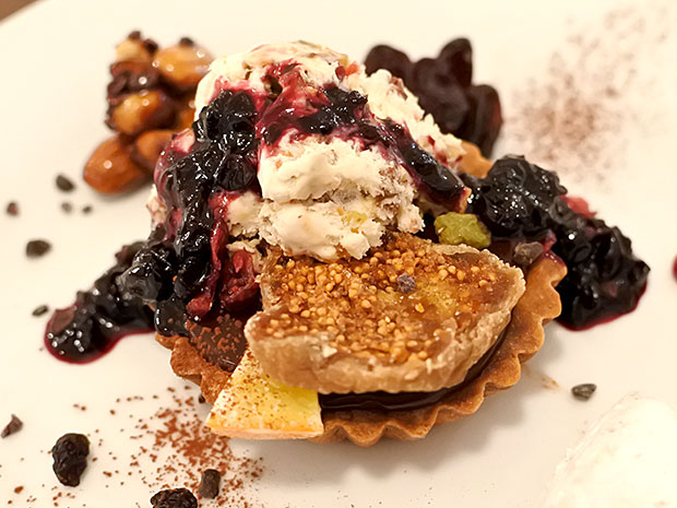限定メニューとなる5種以上のドライフルーツを付け合わせた「生チョコレートタルトとヌガーグラッセ」