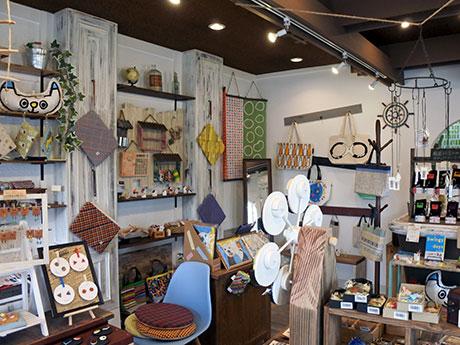 「zakka灯台」の店内。250種以上の雑貨をそろえる