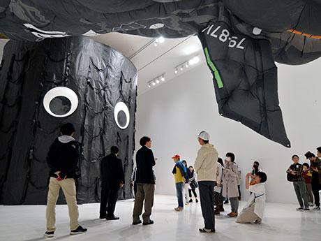 現代社会を風刺したという展示室「トモダチ大作戦」