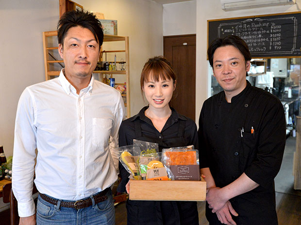 左からボヌールの高橋勝信さん、パスタヤの葛西加奈子さん、葛西勝美さん