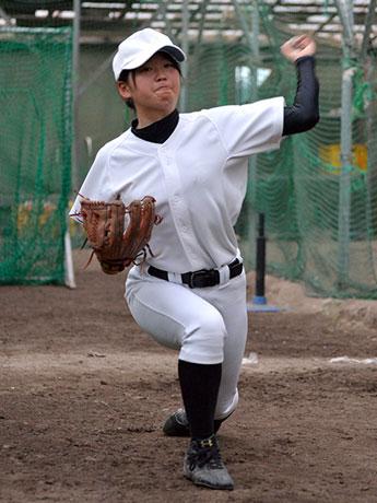 投球練習を行う佐々木桃子さん