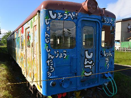 新しく塗り替わった嘉瀬駅のキャンバス列車