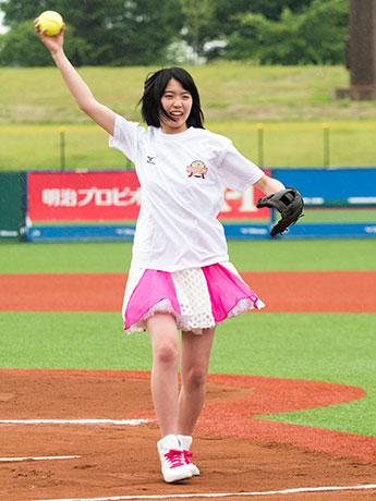 東アジアカップ女子ソフトボール大会の始球式を行う彩香さん