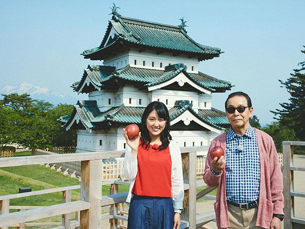 弘前城と岩木山をバックにタモリさん(右)近江友里恵アナウンサー(左)(写真提供=NHK)