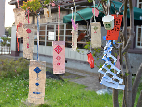 スタバ弘前公園前店敷地内に飾られた短冊