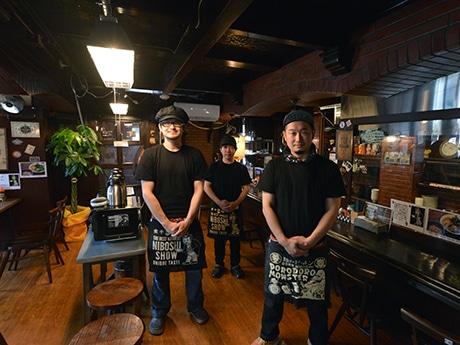 「煮干結社 弘前」のスタッフたち。右が鎌田隆治さん