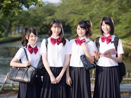 新曲のMV撮影に使う衣装を着た「りんご娘」メンバー。(左から)ジョナゴールド、とき、王林、彩香