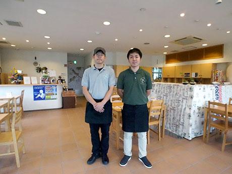 「カフェボアソルテ」店長の山内亮一さん(右)