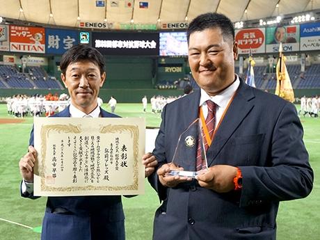 7月14日に東京ドームで受賞した久保良太部長(左)と今関勝監督(右)