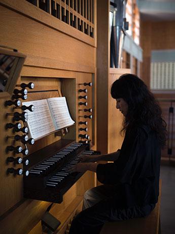 パイプオルガンを演奏する水木順子さん