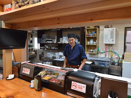 店内カウンター。取材には慣れてないと店主の佐藤勝行さん