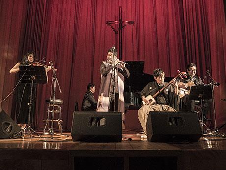 津軽三味線、津軽笛を加えたバンド編成で演奏した(写真:GLEAMWORKS)