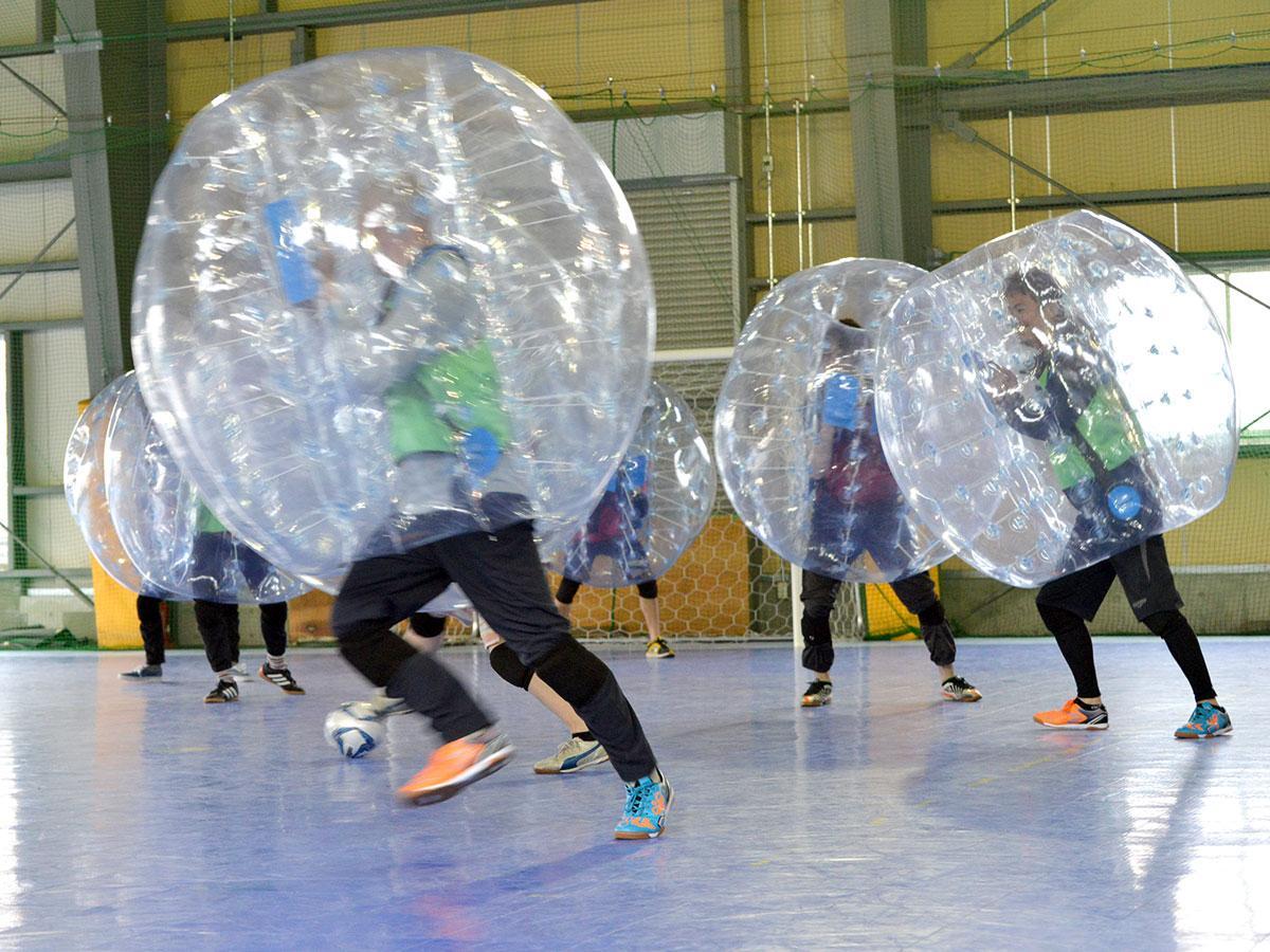 「バンパー」を装着して行うバブルサッカー