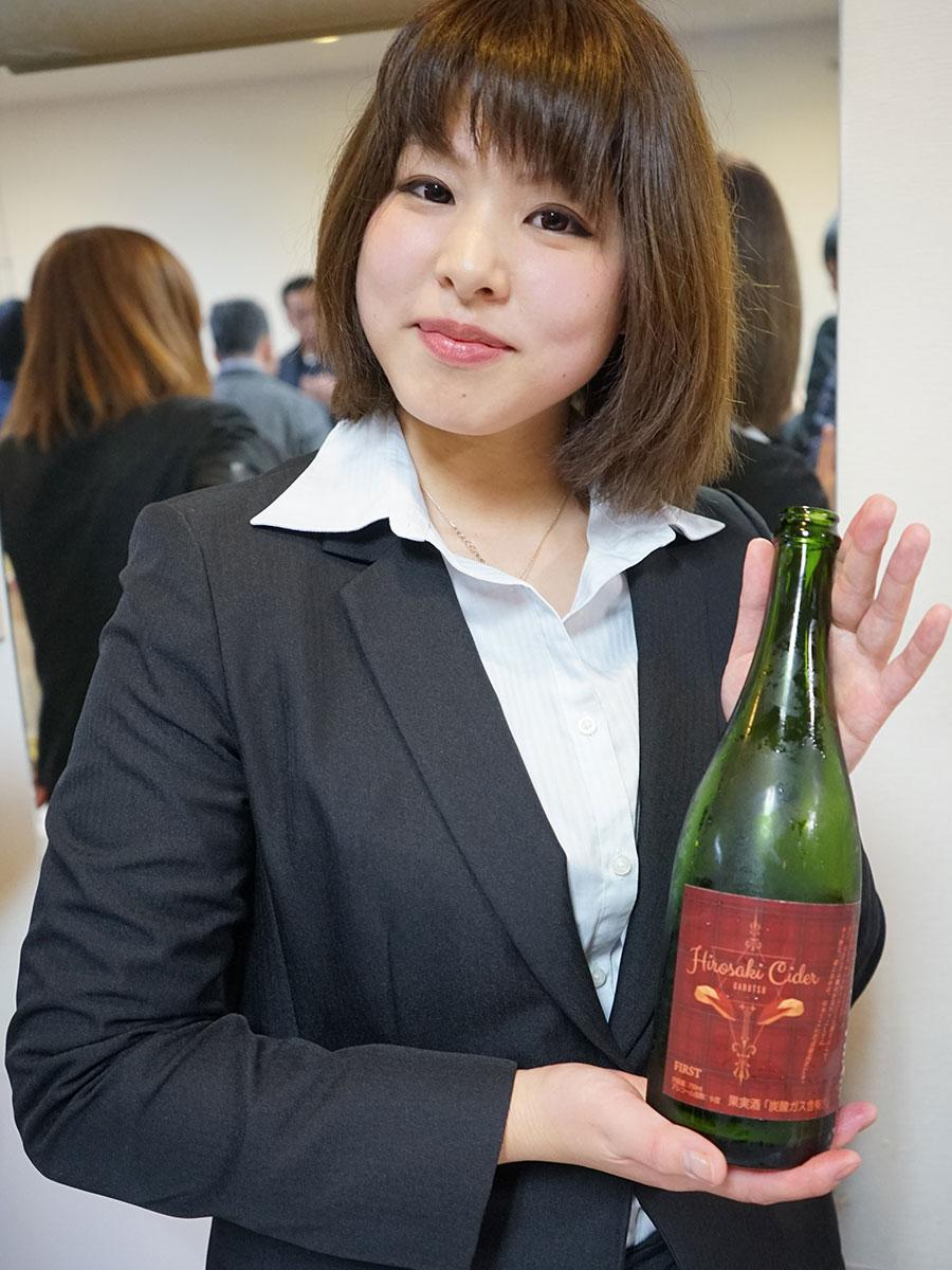「ひろさきアップルシードルGARUTSU」と醸造担当の櫻庭真衣さん