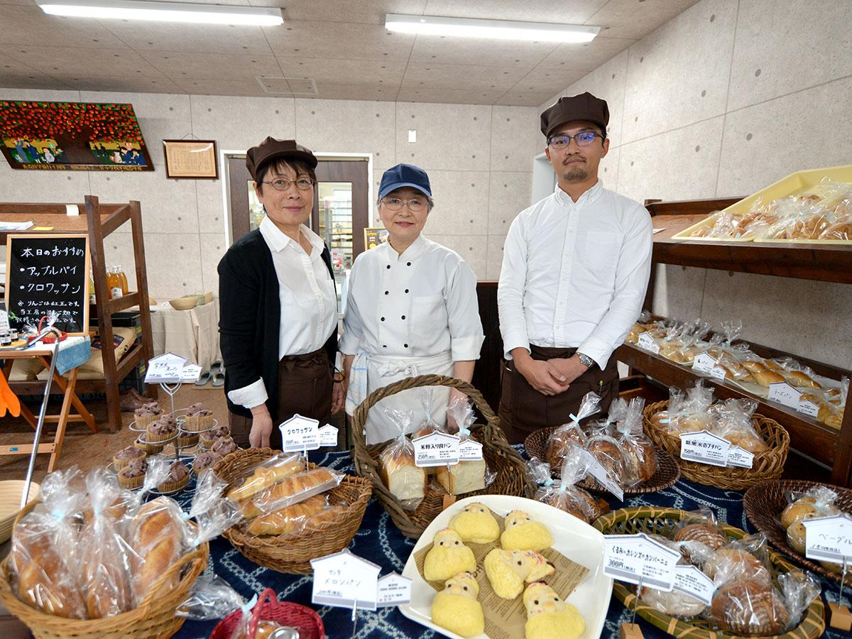 蔵工房のスタッフら。中央はパン作りを担当する三上ひろ子さん