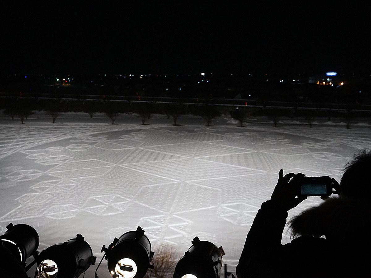 田んぼアート会場に描かれた雪の模様「スノーアート」