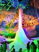 青森・西目屋の乳穂ヶ滝が4年ぶりに氷結 連日盛況