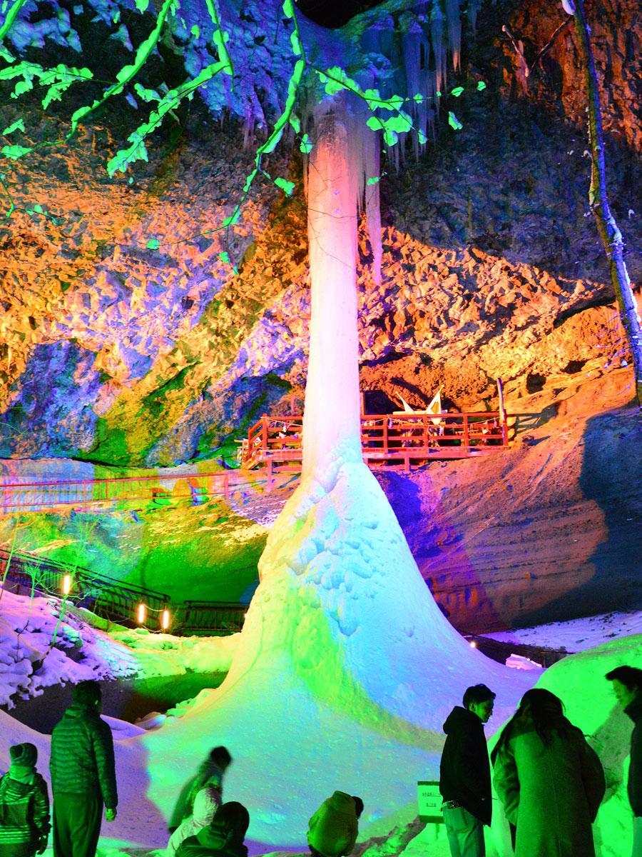 乳穂ヶ滝のライトアップに足を運ぶ見物客