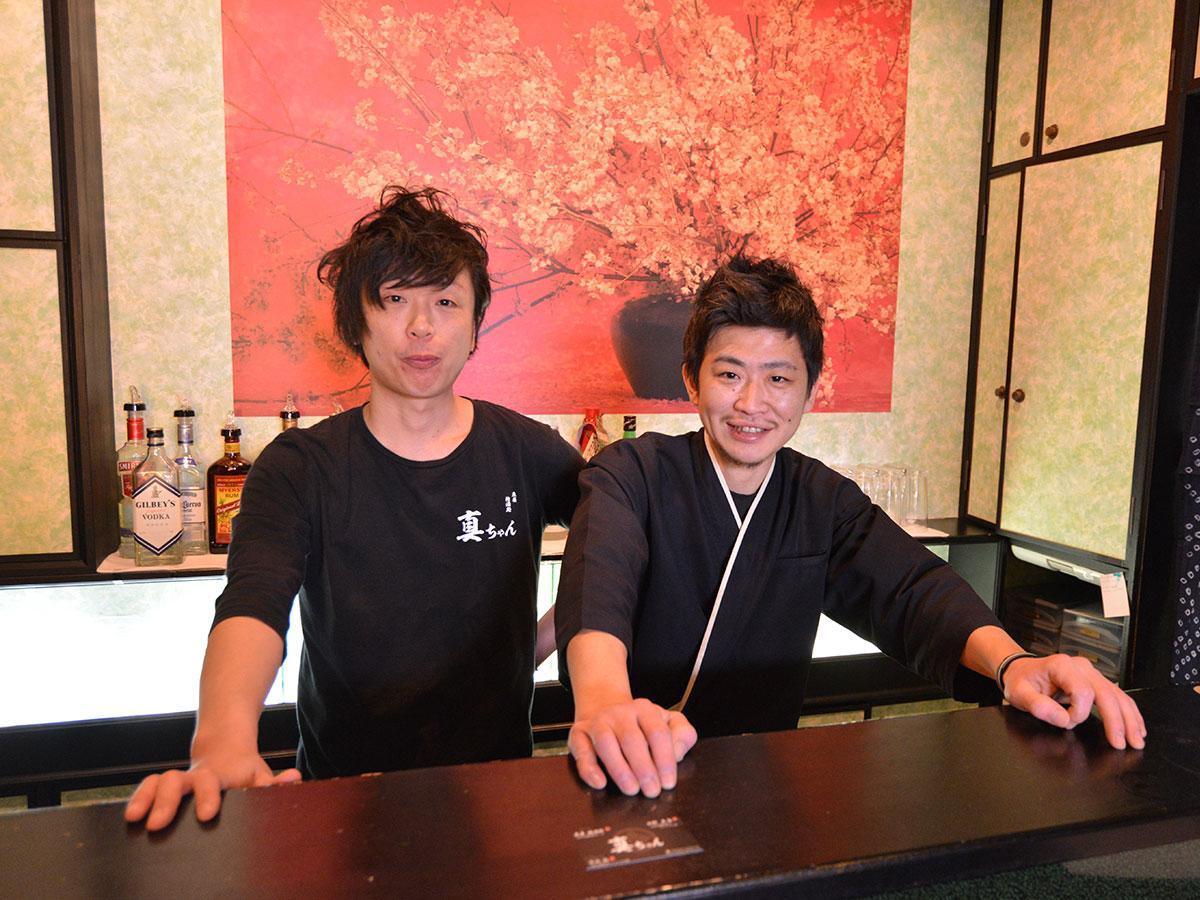 店主の田村真一さん(左)と料理長の蒔苗和久さん(右)