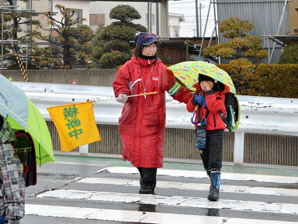 児童たちを誘導する「緑のおばさん」外崎宮子さん