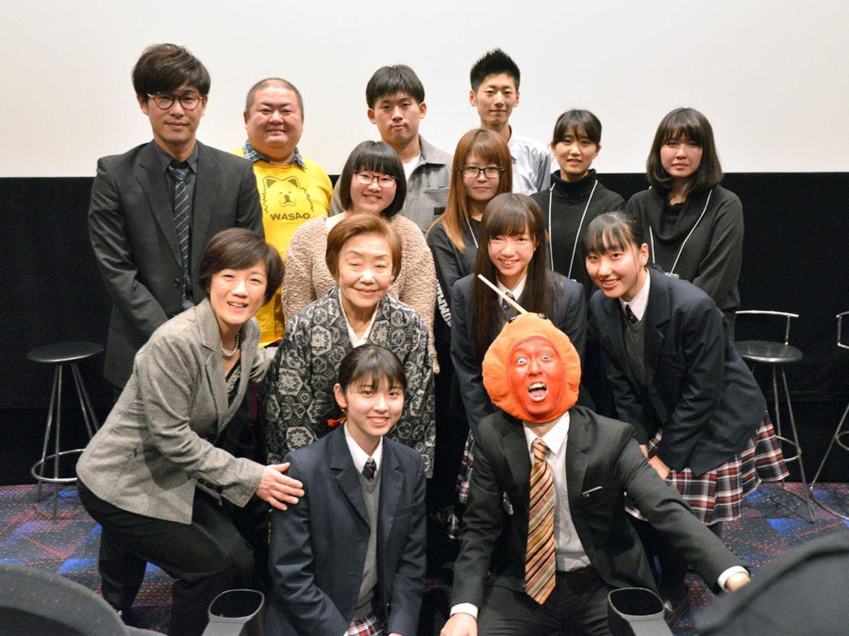 「君は笑う」出演者と学生スタッフ、りんご飴マン