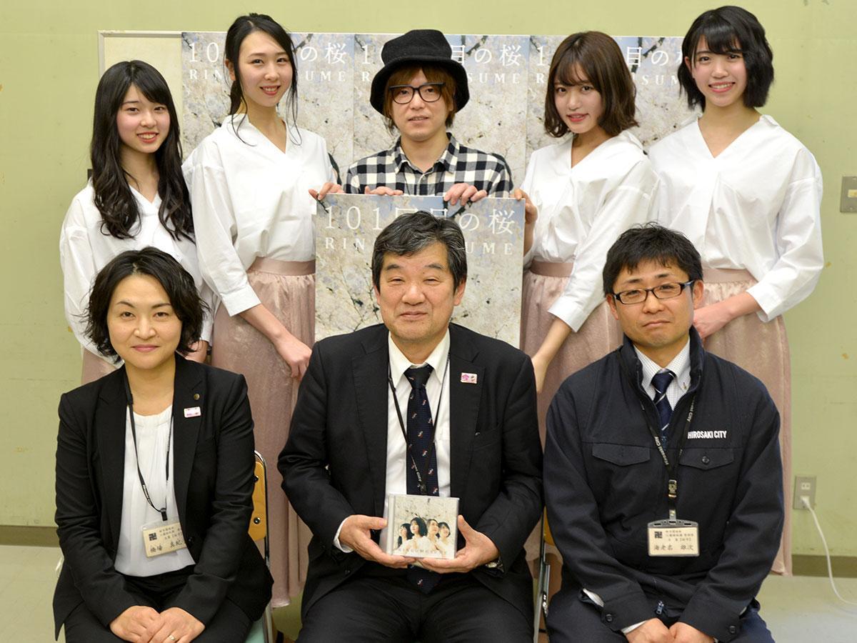 前列左からチーム桜守の橋場真紀子さん、小林勝さん、海老名雄次さん。後列は左からジョナゴールド、とき、多田慎也さん、王林、彩香